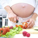 femme enceinte prépare à manger