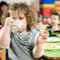 enfants déjeunant à la cantine