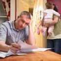 un père de famille lit des papiers