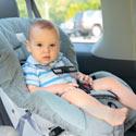 enfant dans son siège auto