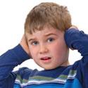 garçon ayant mal aux oreilles