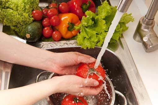 Pourquoi laver ou éplucher les fruits et les légumes ?