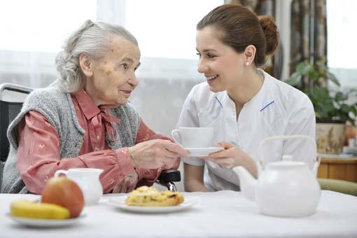 Pourquoi les personnes âgées mangent-elles moins bien ?